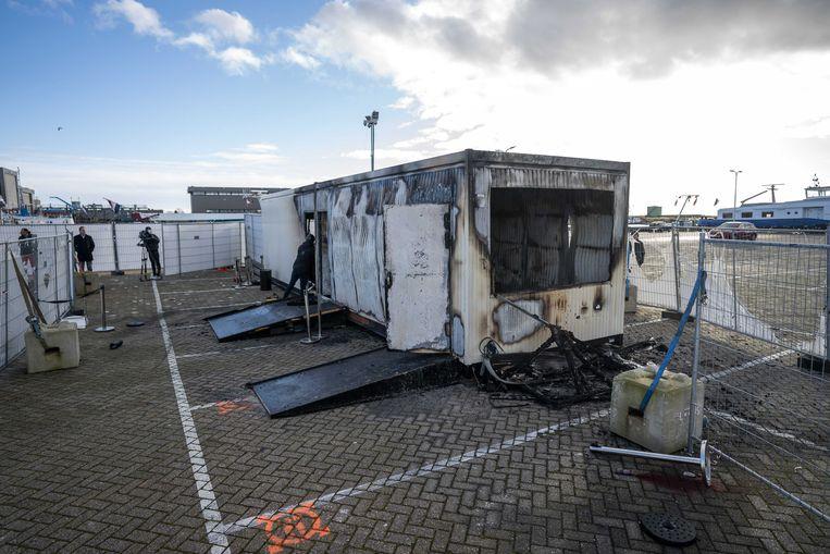 Op Urk werd de teststraat van de GGD in brand gestoken door lokale jongeren. Beeld EPA
