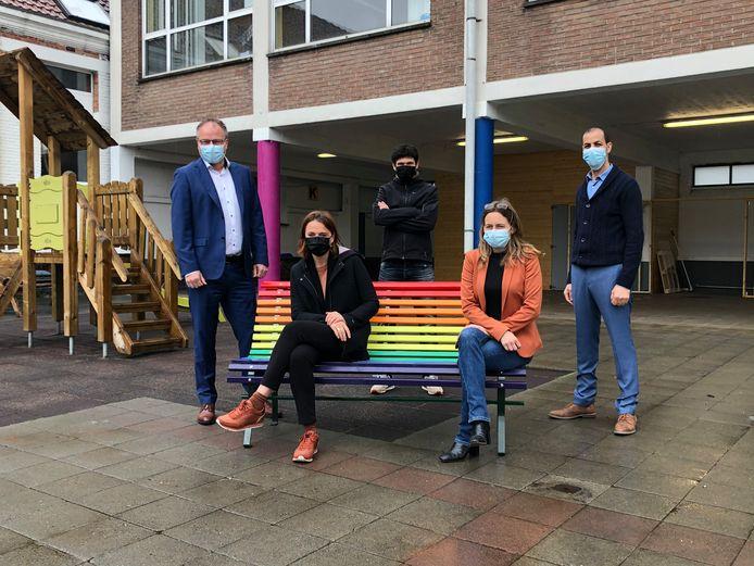 Het gemeentebestuur van Sint-Pieters-Leeuw zet in elke basisschool een regenboogbank.