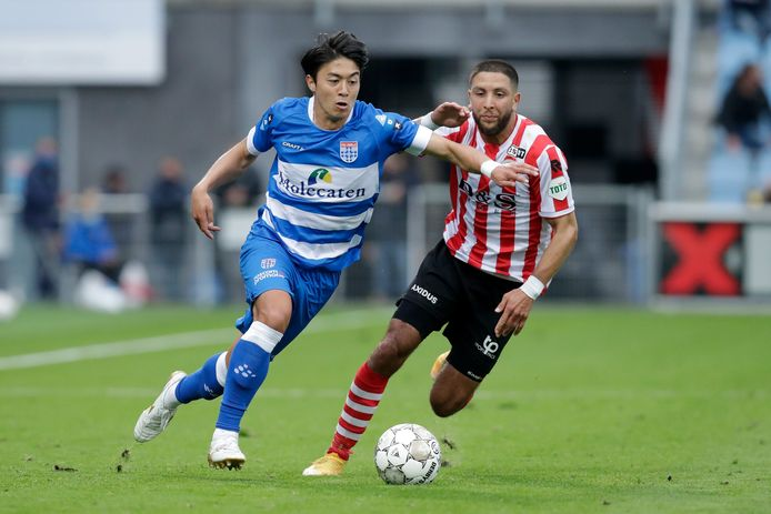 Yuta Nakayama van PEC Zwolle in duel met  Mohamed Rayhi van Sparta Rotterdam