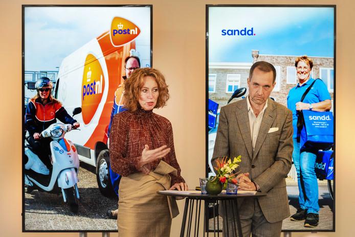 Archiefbeeld: Herna Verhagen, ceo van PostNL en Ronald van de Laar, directeur van Sandd Holding geven een toelichting op de voorgenomen samenvoeging van de postnetwerken van PostNL en Sandd.