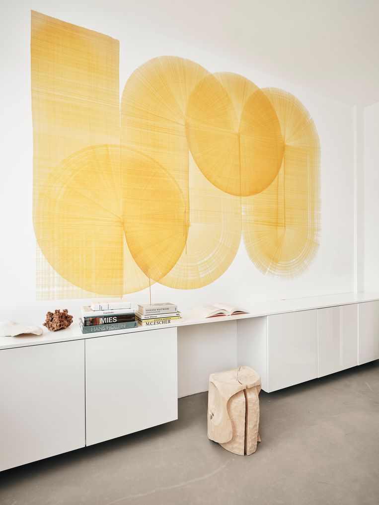 Het gele werk boven de kast is een van de 'Markerdrawings' van kunstenaar Thomas Trum. Beeld Christoffer Regild/Living Inside.