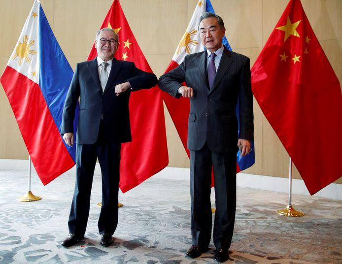 Le ministre philippin des Affaires étrangères, Teodoro Locsin, et son homologue chinois Wang Yi
