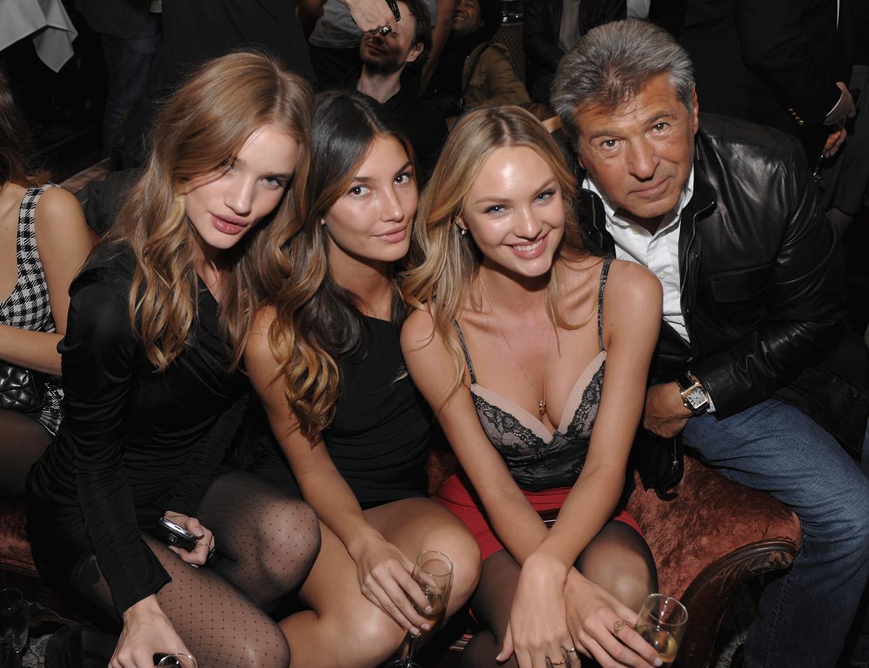 Modellen Rosie Huntington-Whiteley, Lily Aldridge en Candice Swanepoel naast Victoria's Secret-topman Ed Razek.