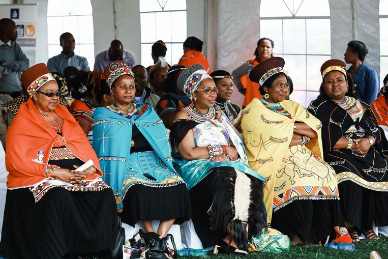 De Zulu-koninginnen van links naar rechts: koningin Sibongile Dlamani, koningin Buhle Mathe, de vorige week plotseling overleden koningin Mantfombi MaDlamini, koningin Thandekile Ndlovu en koningin Nompumelelo Mamchiza. Beeld AFP