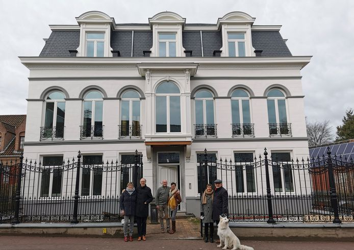 Enkele initiatiefnemers voor het statige huis Dhaenens in de Dreef in Zomergem.