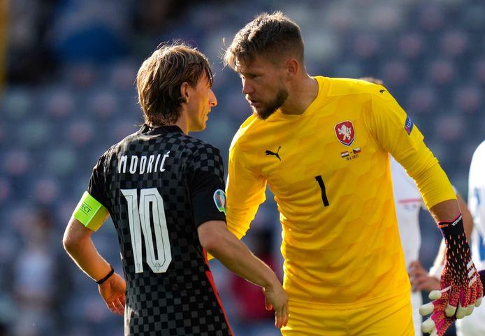 Tomas Vaclik en Luka Modric zijn het niet eens tijdens Tsjechië-Kroatië.