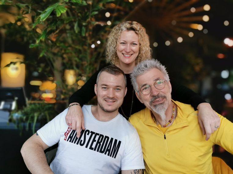 Henk op zijn zeventigste verjaardag met Kirsten en James, twee van zijn drie kinderen. Beeld free