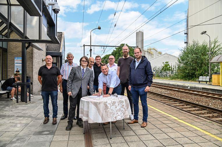 Verschillende politici over de partijgrenzen heen zetten hun handtekening onder de engagementsverklaring van Openbaar Vervoer Nu voor de optimalisatie van de spoorlijn tussen Lokeren en Dendermonde.