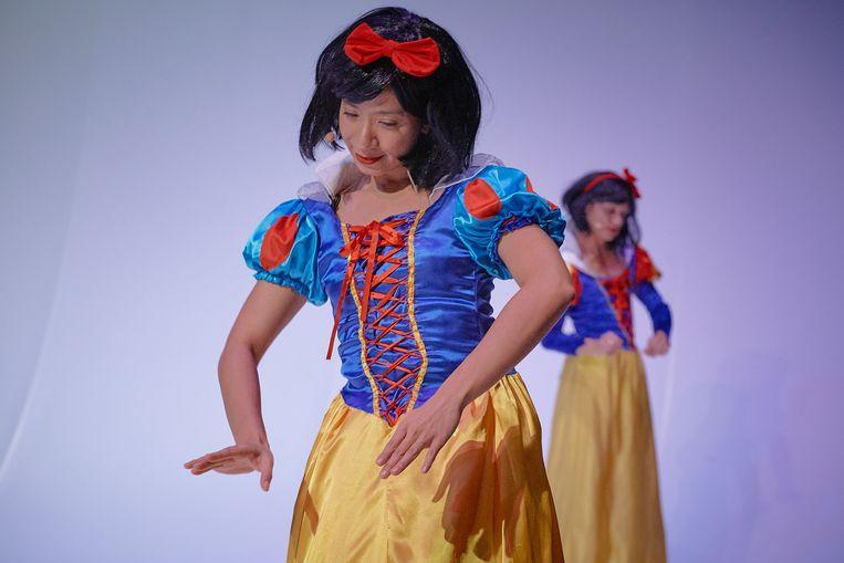 De Filipijnse choreograaf Eisa Jocson en visueel artiest Russ Ligtas als Sneeuwwitje in de voorstelling 'Princess'. Beeld rv Jörg Baumann