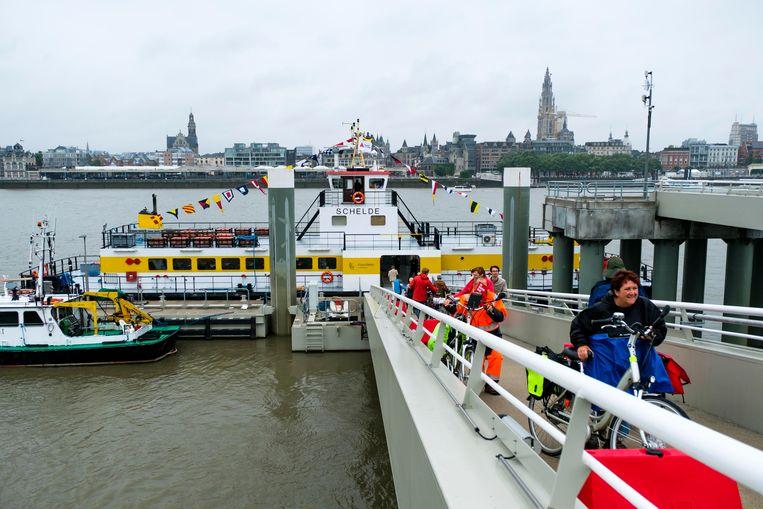 De overzetboot tussen Sint-Anna en  het Steen blijft ook na juli verder varen.