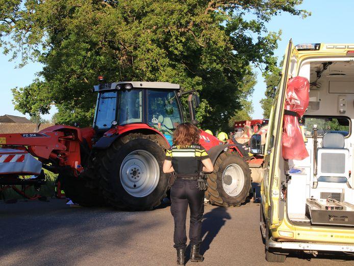 Een scooterrijder is in Lunteren door een aanrijding onder een tractor terecht gekomen.