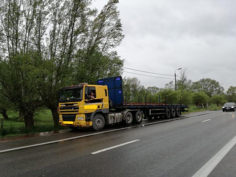 De politie zette de vrachtwagen aan de kant. De trucker moest bijna 5.000 euro aan boetes betalen