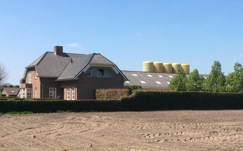Het varkensbedrijf van De Rooij heeft er vijf silo's voor mestverwerking bijgekregen.