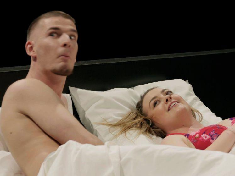 """""""Oh my God, ik lig met een puber in bed!"""": 'Uit de Kleren' begint met een sisser"""