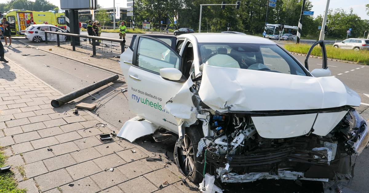 Ravage op kruising in Apeldoorn na botsing tussen twee auto's: zeker één gewonde.