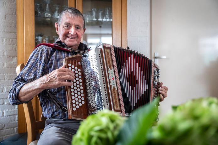 Theo van Limpt met zijn accordeon.