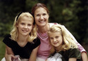 Elizabeth met haar moeder Lois en zusje Mary Catherine.