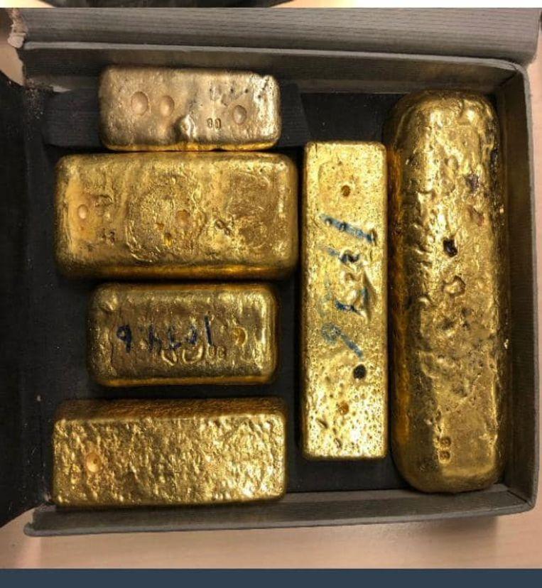 De zes goudstaven hebben een geschatte waarde van 365.000 euro. Beeld Koninklijke Marechaussee