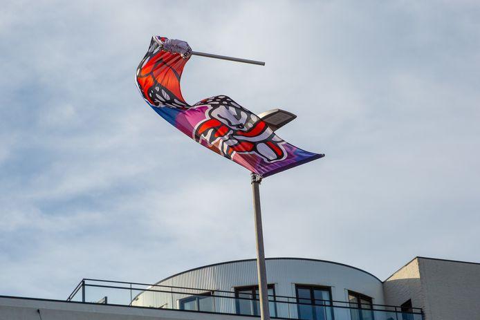 Een gevaarlijke situatie in Roosendaal: Daar schoot deze banier door de harde wind los.