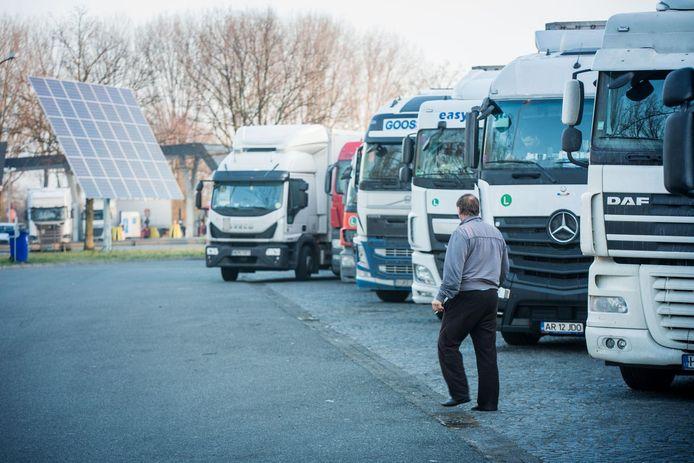 Op de snelwegparking in Drongen vroeg de man aan voorbijgangers om geld te lenen.