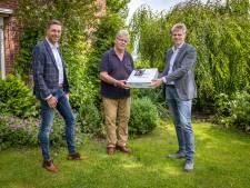 Onverwachte cadeautjes voor 75 inwoners van Twenterand (vanwege een jubilerend bedrijf)