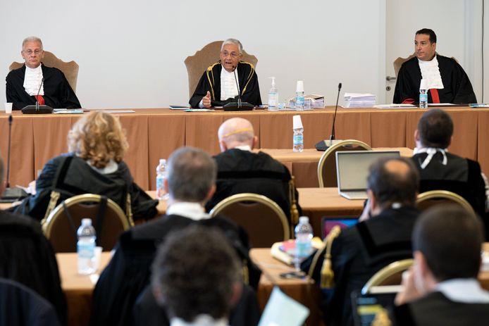 Andere verdachten in het proces zijn onder anderen financiële makelaars, Vaticaanse functionarissen en een advocaat.