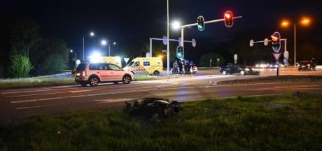 Automobilist en scooterrijder botsen in Almelo: 2 gewonden