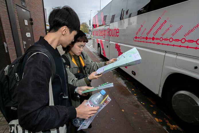 Bezoekers in 2019 bij de Hop on hop off-bus van de DDW.