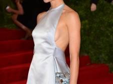 Les robes qui révèlent la courbe des seins ont la cote