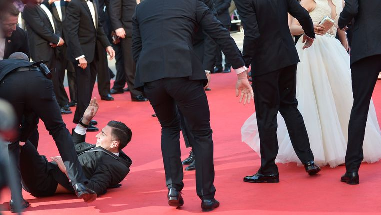 Vitalii Sediuk (linksonder) dook afgelopen weekend onder de jurk van actrice America Ferrera tijdens de première van How To Train Your Dragon 2 in Cannes. Beeld null