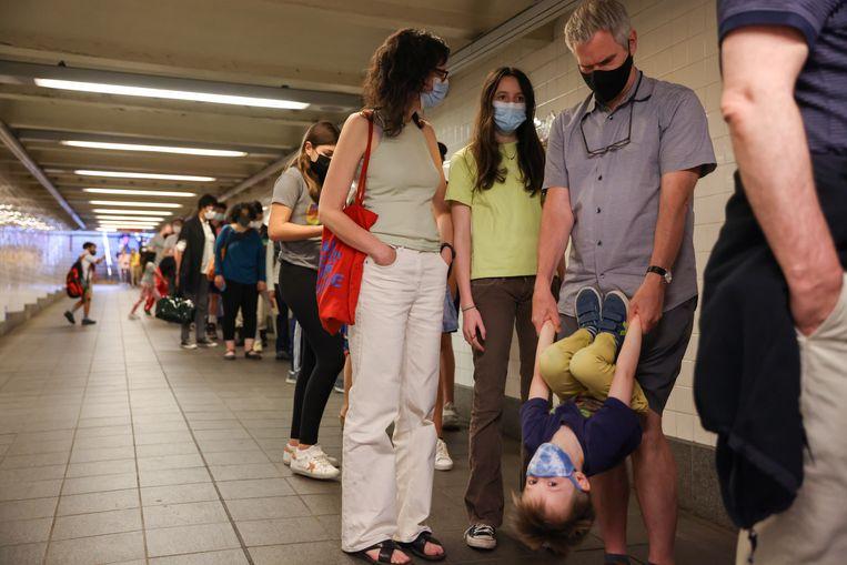 Mensen schuiven aan voor een vaccin in New York. Beeld REUTERS