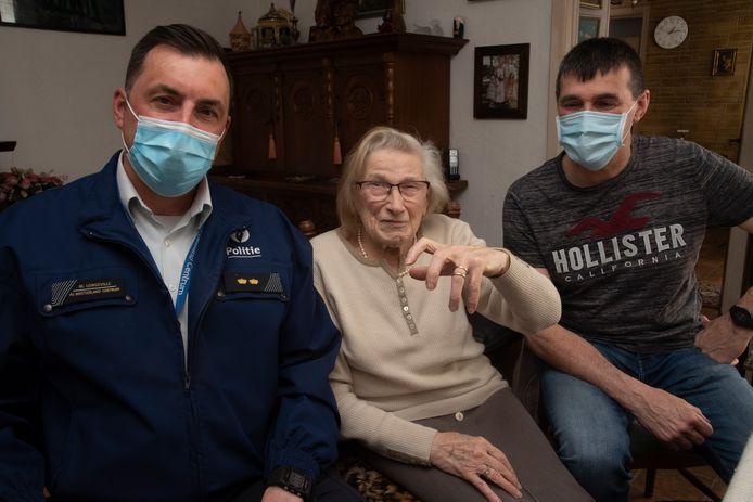 Carolla Vermeire toont de gevonden trouwring. Links commissaris Marino Longeville en rechts haar zoon Wim.