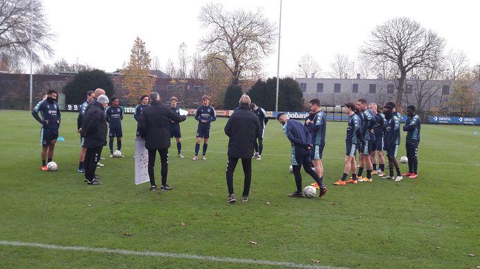 Willem Weijs instrueert de spelersgroep van Willem II bij zijn examen voor het diploma FIFA Pro, coach betaald voetbal.