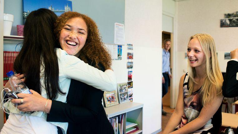 Geslaagde leerlingen van het Veenoord LMC in Rotterdam feliciteren elkaar. Beeld null