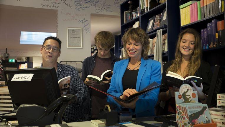 Eigenaar van De Nieuwe Boekhandel Monique Burger (tweede van rechts) is verheugd gestemd over haar nieuwe buurman. Beeld De Nieuwe Boekhandel