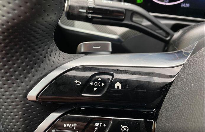 De aanraakgevoelige toetsen op het stuurwiel zijn erg besmettelijk voor vieze vingerafdrukken.