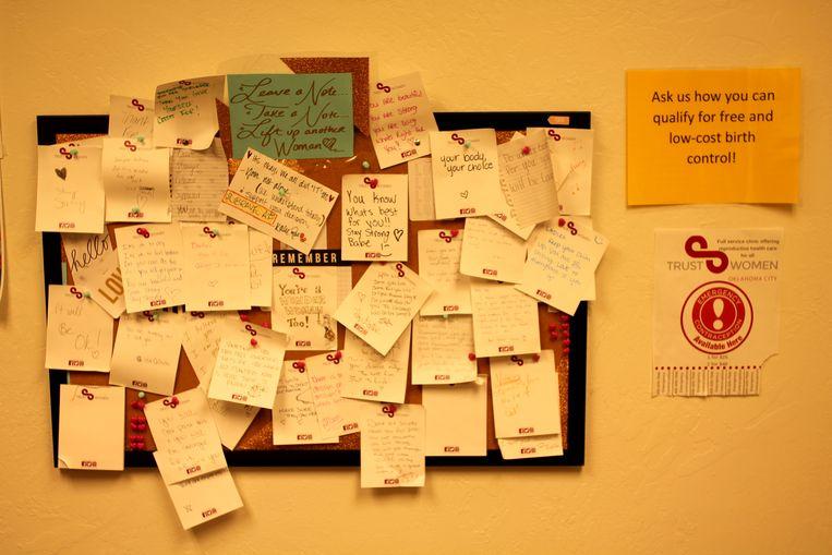 Het prikbord hangt vol met briefjes met bemoedigende woorden. Beeld Seije Slager