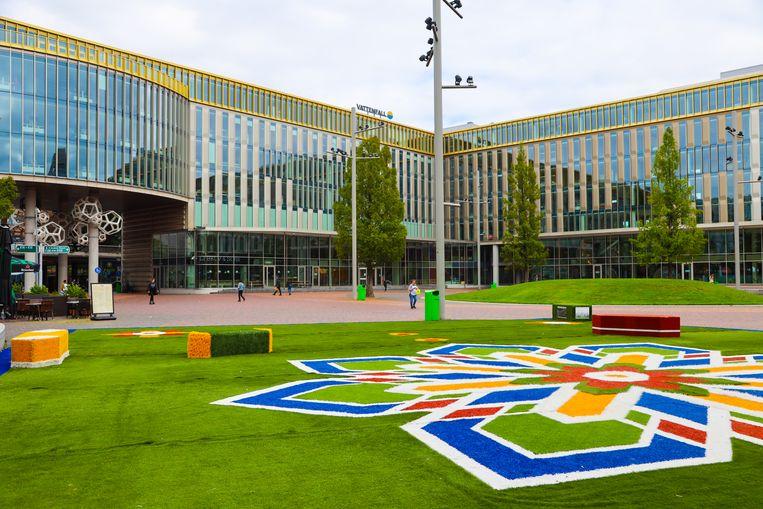 Het tapijt brengt groen op het 'versteende' plein. Beeld Randy da Costa