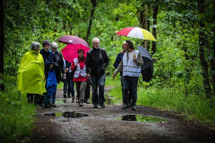 Grootouders voor het Klimaat wandelen met een gids door de Groene Delle.