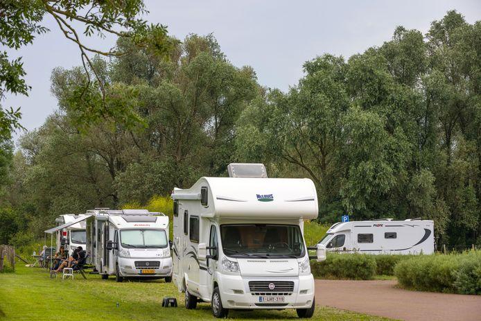 De camperplaats in het Munnikenland bij Slot Loevestein.