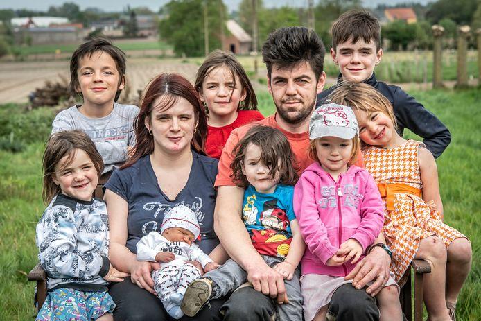 Marino Vaneenoo en Gwenny Blanckaert, hier nog in 2019, na de geboorte van de kleine Xale. In april 2022 zijn ze met twaalf.