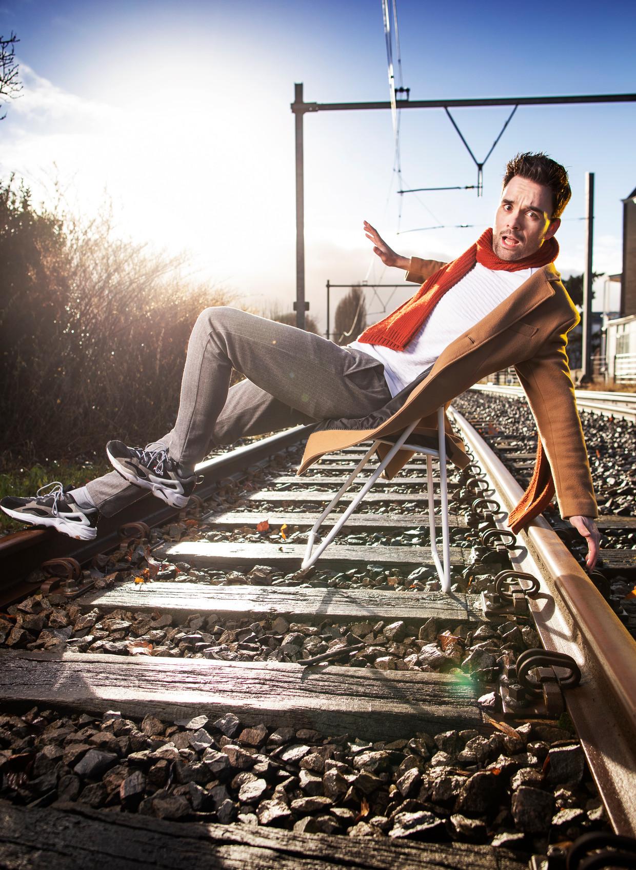 Domien Verschuuren.  (Lopen op het spoor is verboden. Deze foto is echter gemaakt op rails die niet meer in gebruik zijn.) Beeld Harmen de Jong