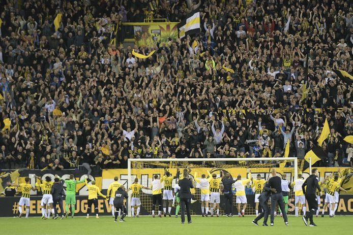 Spelers van Vitesse vieren het bereiken van de groepsfase van de Conference League met de supporters op de Zuid-Tribune van GelreDome.