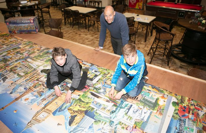 Zoontje Jozua Stapel (lichtblauwe jas), vriendje Thijs Lamberink en Aaron Stapel bij de grote puzzel.