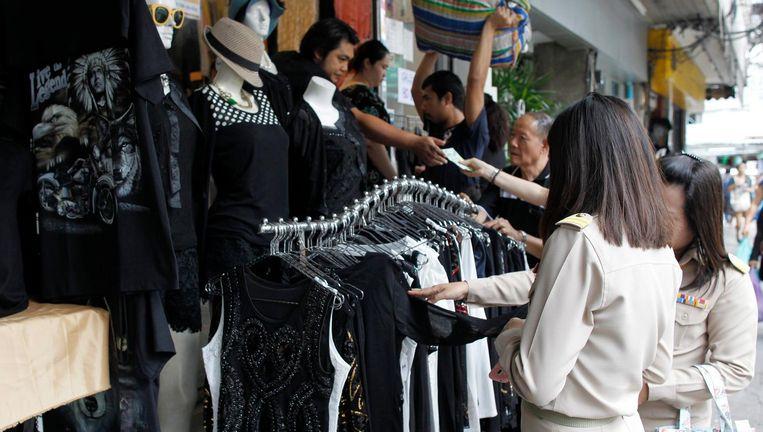 In de Thaise winkels voert zwart de boventoon. Beeld Epa