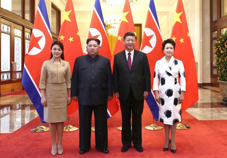 Kim Jong-un en zijn vrouw Ri Sol Ju (links) poseren samen met de Chinese president Xi Jinping en zijn vrouw Peng Liyuan (rechts) tijdens het bezoek in China. Beeld AP