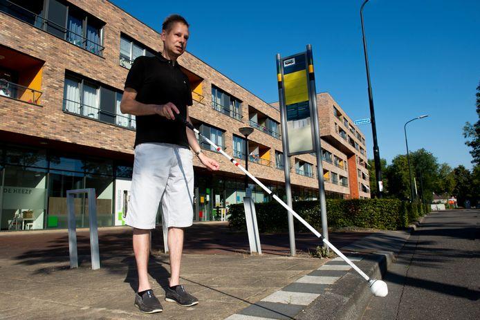 Henry Steur kan nu nog zelfstandig met de bus naar de Graanhof, waar zijn huisarts is gevestigd. Wanneer er haltes in Apeldoorn worden geschrapt kan dat niet meer.