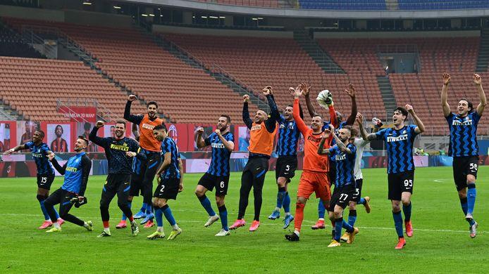 Stefan de Vrij (6) en zijn ploeggenoten vieren feest na de zege op rivaal Milan.