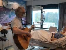 Ic-verpleegkundige en oud-coronapatiënt Cor (60) zingt lotgenoten hoop toe en deelt zijn verhaal met de wereld