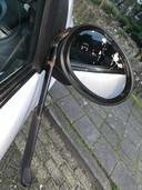 Een van de vernielde auto's in Putten.